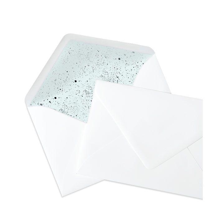 Weißer Briefumschlag mit pastellblauen Sprenkelelementen