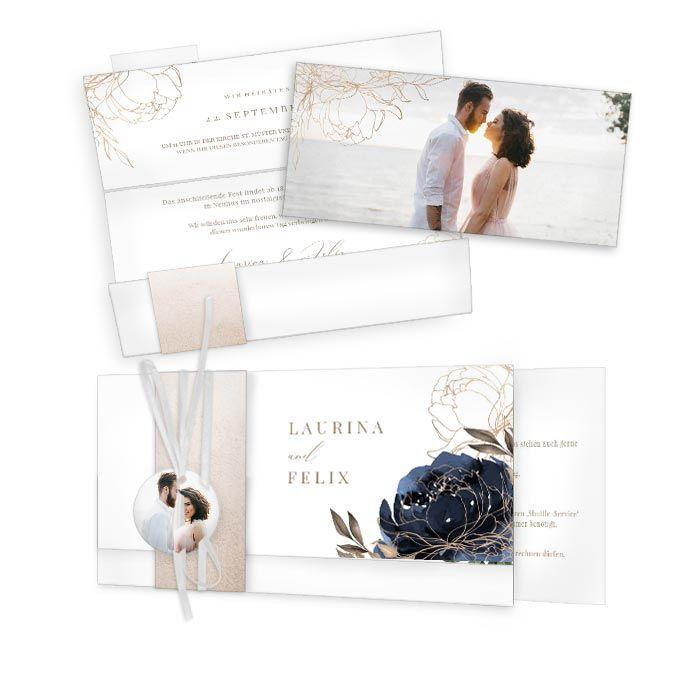 Einladung zur Hochzeit mit Anhänger und blauer Aquarellrose