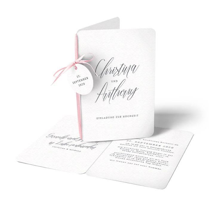 Einladung zur Hochzeit mit Anhänger und eleganter Kalligrafie