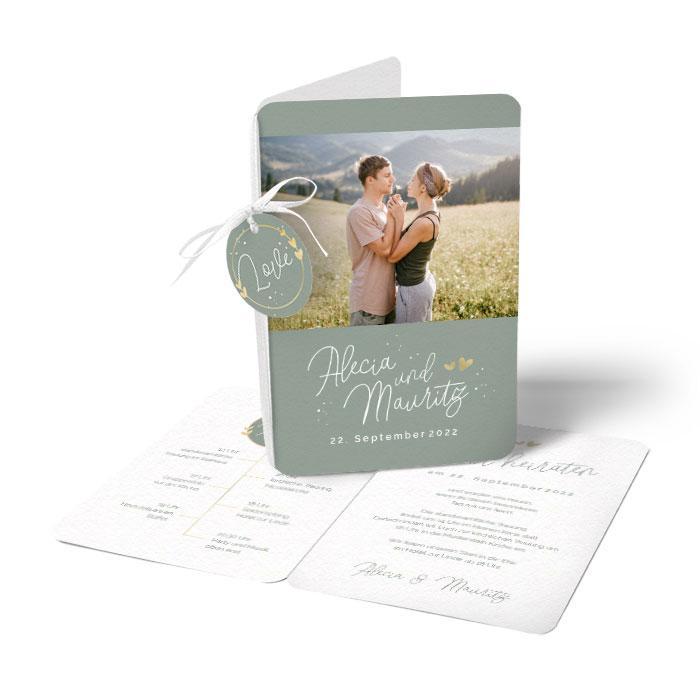 Einladungskarte zur Hochzeit mit Anhänger und Emblem mit Herzen