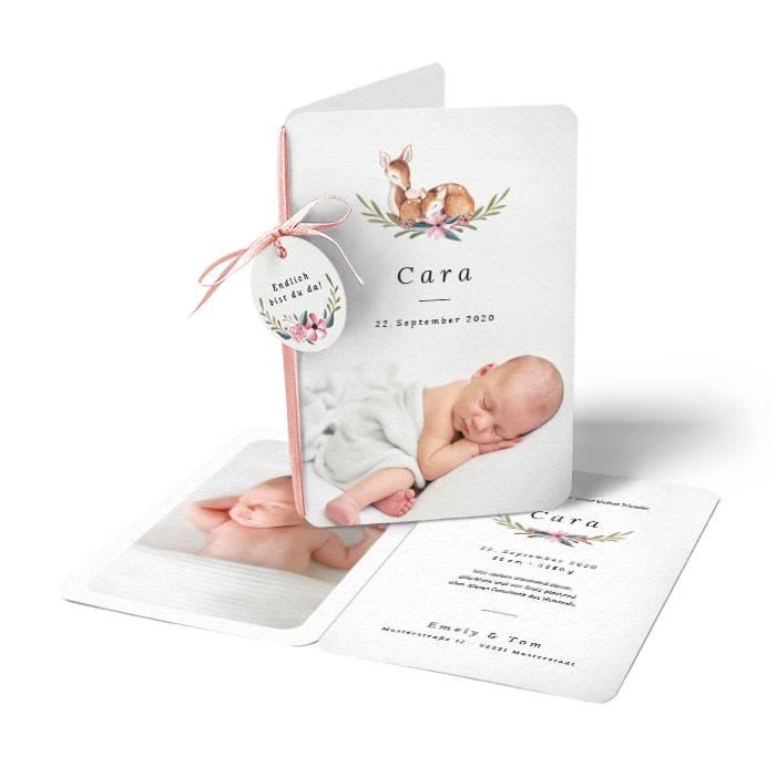 Geburtskarte mit Anhänger und niedlichen Rehen