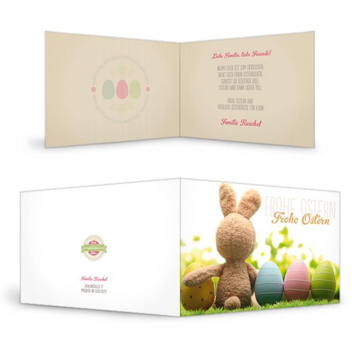 Ostergrußkarte mit Häschen und bunten Ostereiern