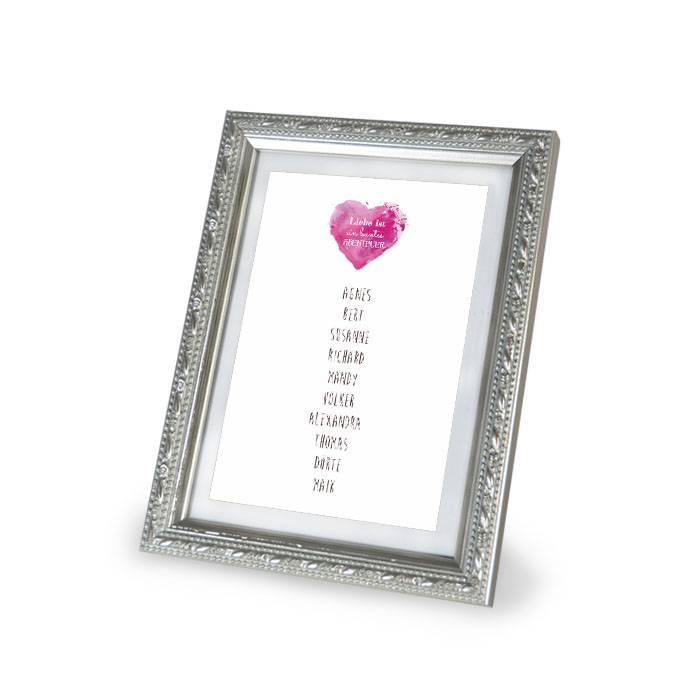 Tischkarten für Gruppentische mit Gästenamen und pinkem Herz