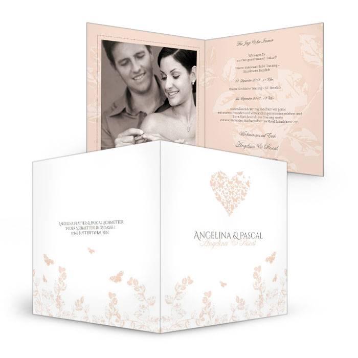 Hochzeitseinladung mit Herz aus Schmetterlingen in Apricot