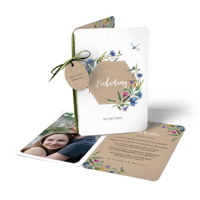 Hochzeitseinladung mit Wildblumen als Klappkarte mit Anhänger