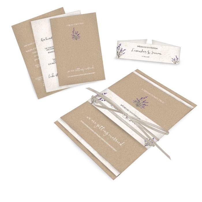 Hochzeitseinladung im Kraftpapierstil mit Lavendel