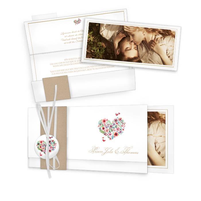 Romantische Hochzeitseinladung mit Herz aus Blüten