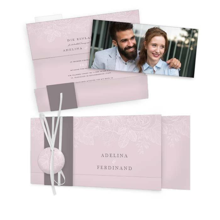 Hochzeitseinladung mit zarten Blumen auf rosa Hintergrund