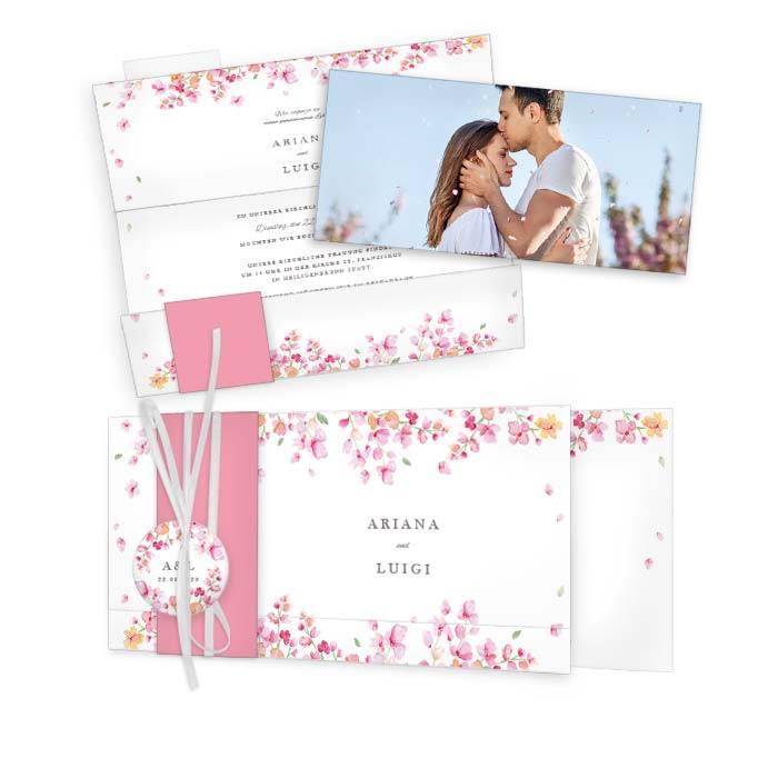 Hochzeitseinladung mit rosafarbenen Blüten im Aquarellstil