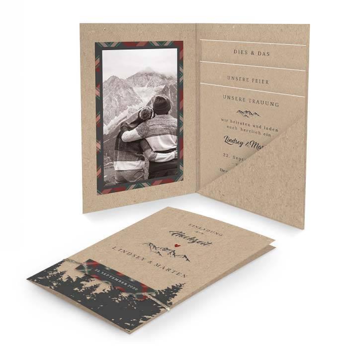 Hochzeitseinladung als Pocketfold mit Anhänger und Bergmotiv