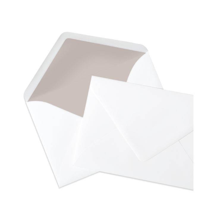 Weißer Briefumschlag im minimalistischen Design in Taupe