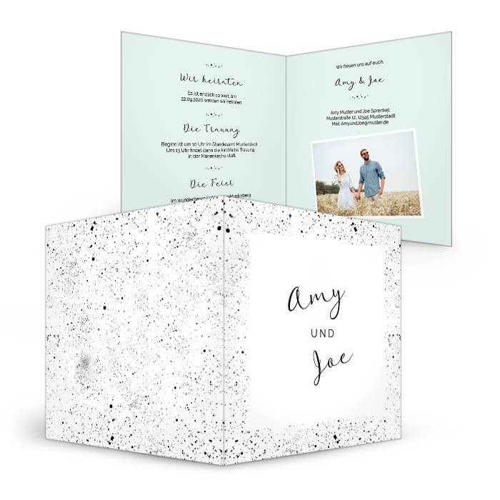Einladungskarte mit gesprenkelten Elementen in Pastellblau