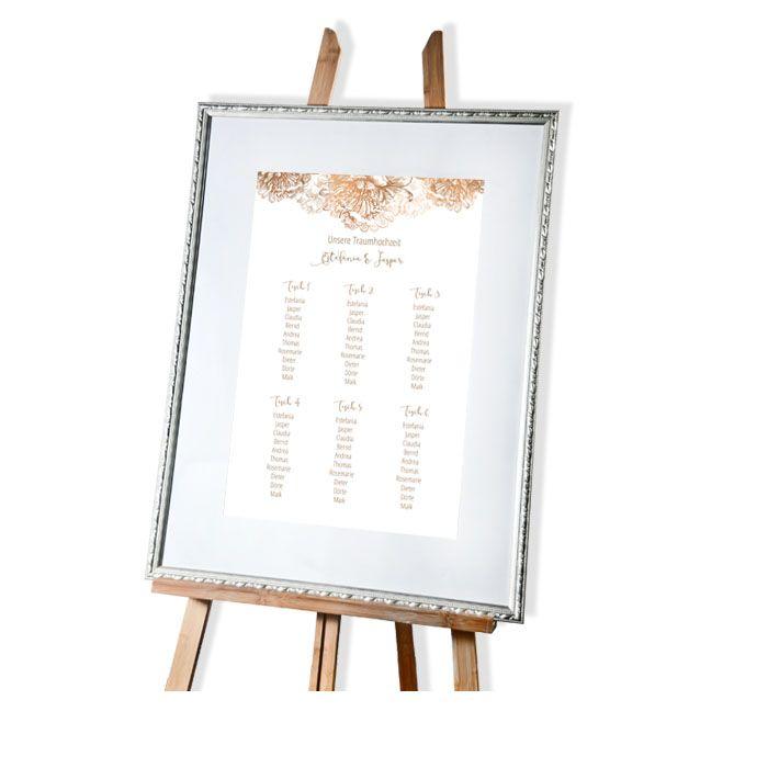 Großer Tischplan zur Hochzeit in Weiß mit Blüten in Kupfer