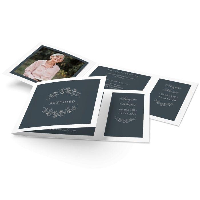 Stilvolle Trauerkarte mit gezeichneten Rosen und Erinnerungsfoto