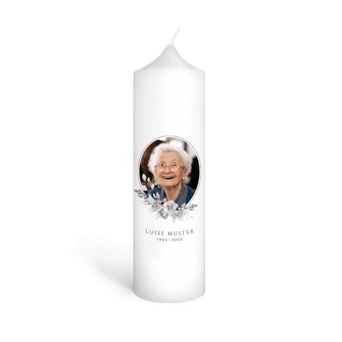 Trauerkerze mit Erinnerungsfoto und Blumenbouquet