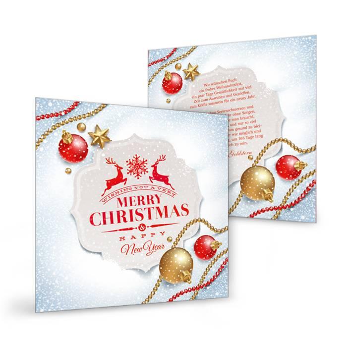 Weihnachtskarte mit Weihnachtskugeln im Schnee und Hirschen