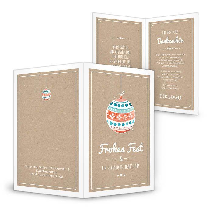 Weihnachtskarte in Kraftpapieroptik mit bunter Christbaumkugel