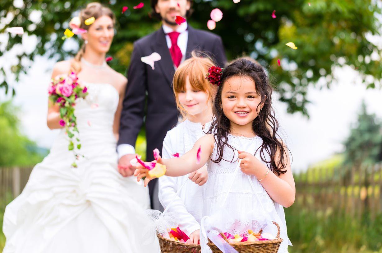 Brautpaar nach der Trauung mit Blumenkindern - carinokarten - Kzenon---stock.adobe